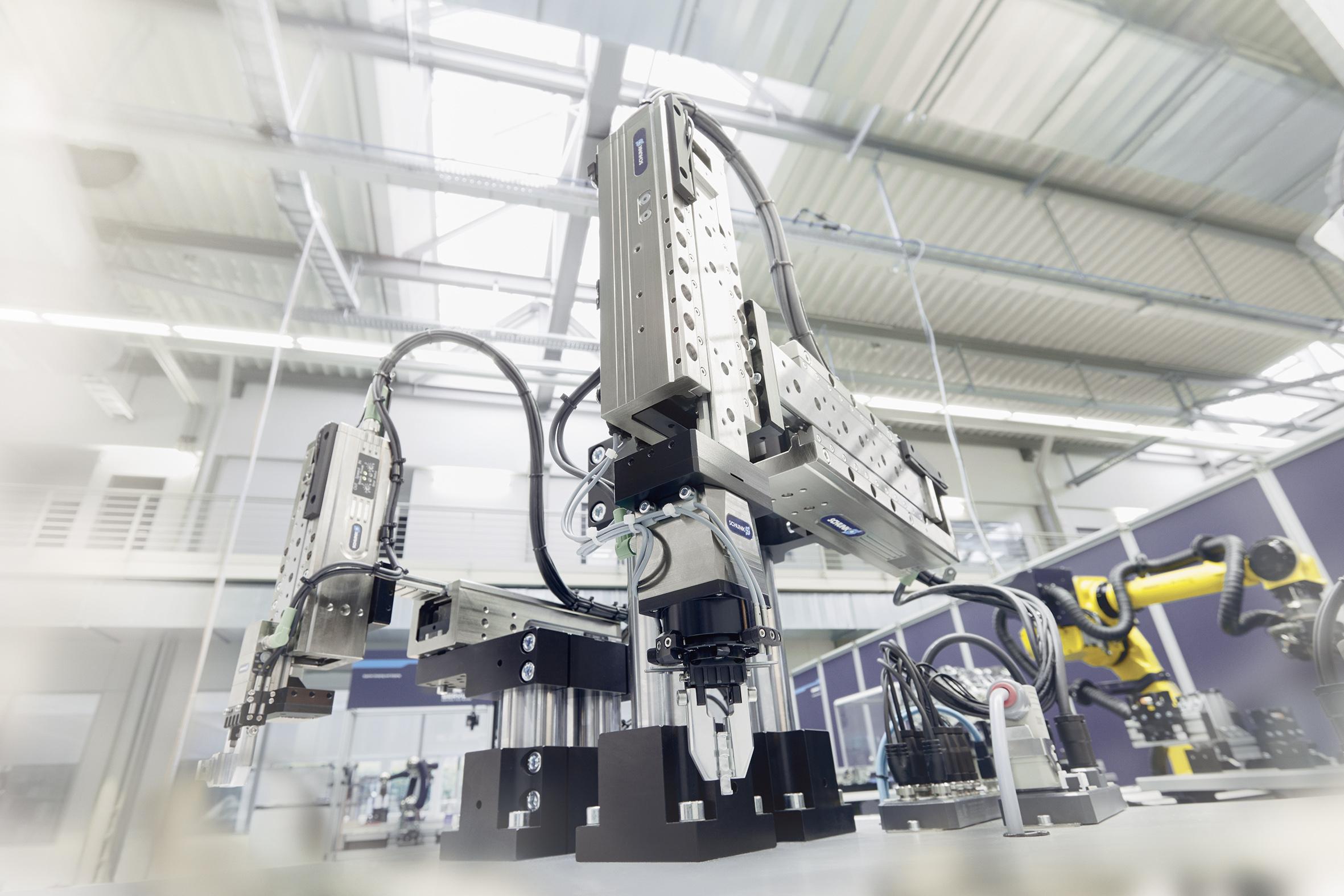 ELP Linearachsen, EGS Greif-Schwenkmodule und EGP Greifer lassen sich zu effizienten 24V-Montagesystemen kombinieren.