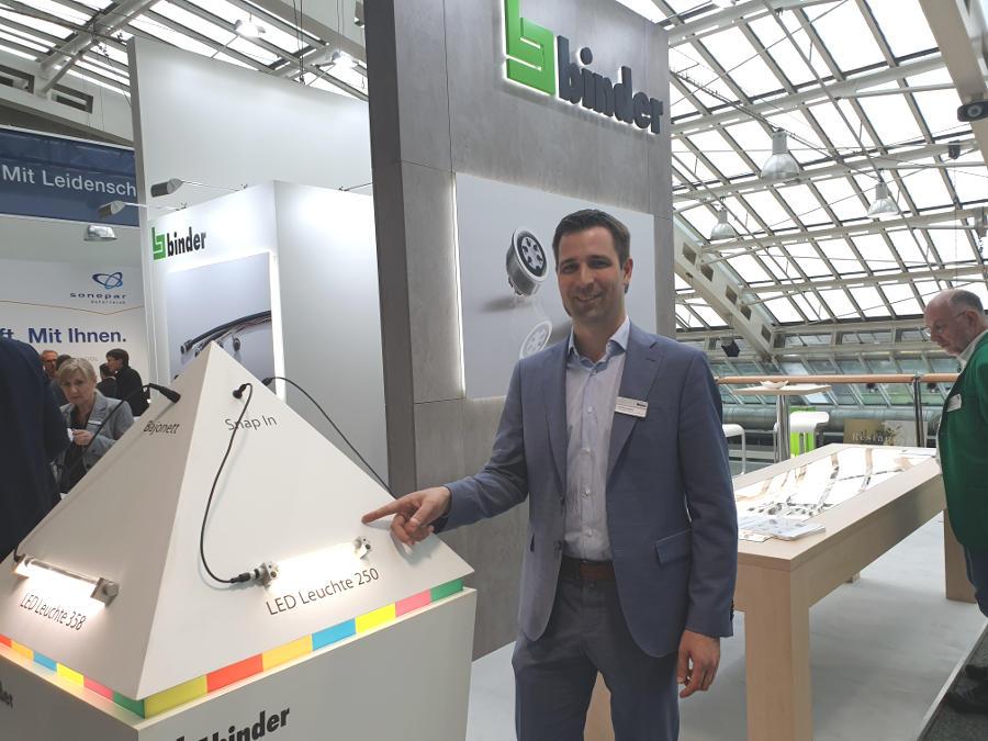 Martin Grabler präsentiert hier die Binder-LED, die erstmals in Österreich ins Rampenlicht gestellt wurde.