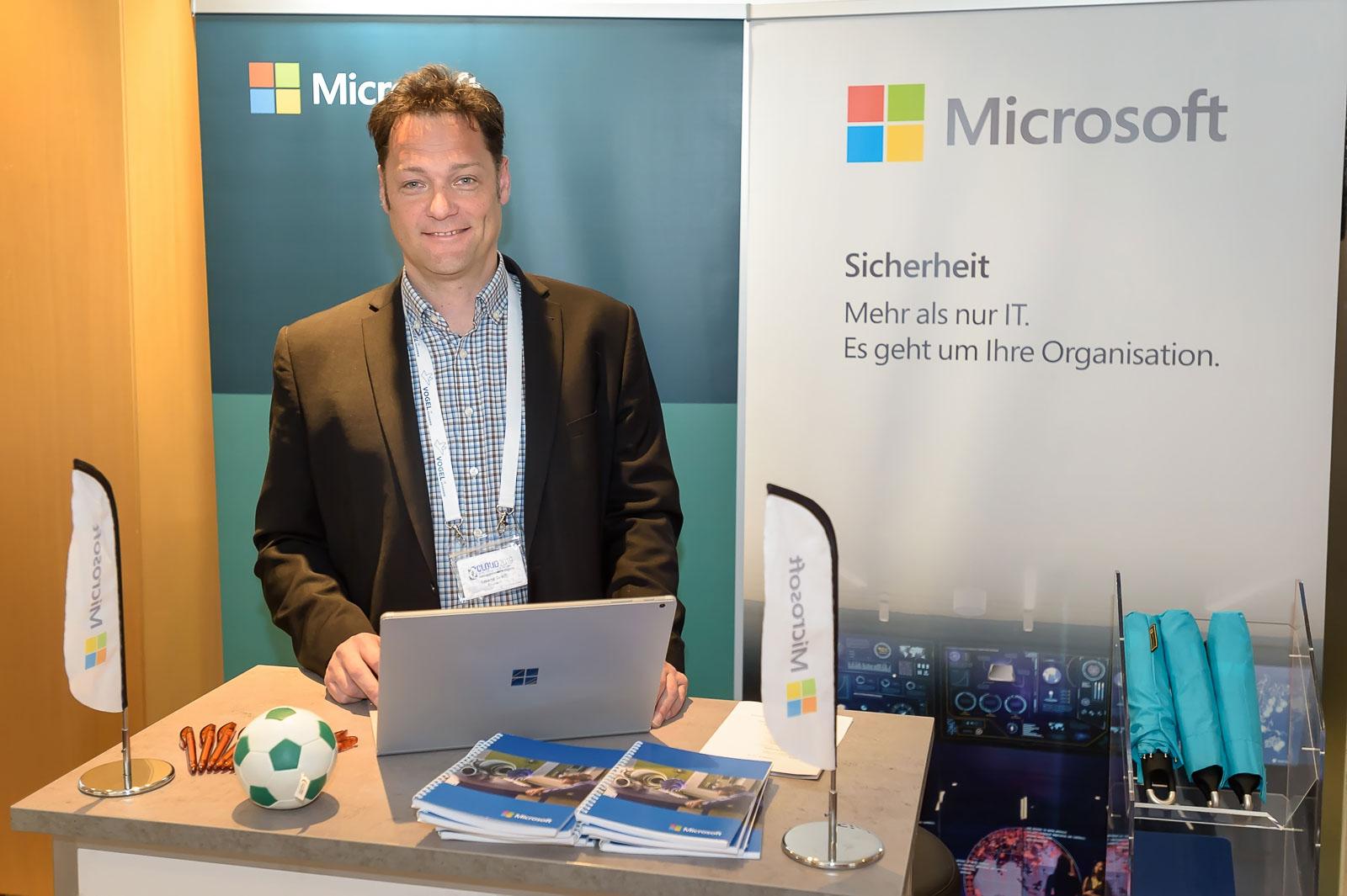 Roland Gradl, C + E BG Lead Austria (Microsoft), legte in seinem Vortrag den Einfluss von AI und BigData auf Security/Privacy dar und freute sich im Anschluß auf die Gespräche am Stand.