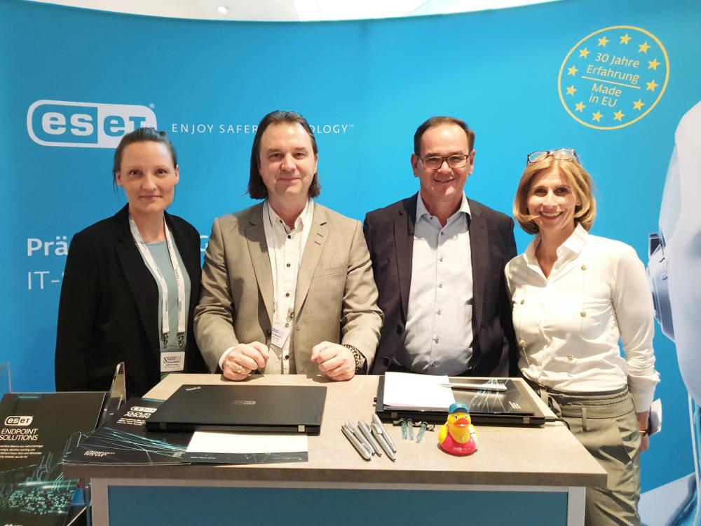 (V.l.n.r.) Catharina Franz und Matthias Malcher (beide ESET) mit Werner Nieberle, Geschäftsführer Vogel IT-Medien und Daniela Schilling, Director Vogel IT-Akademie.