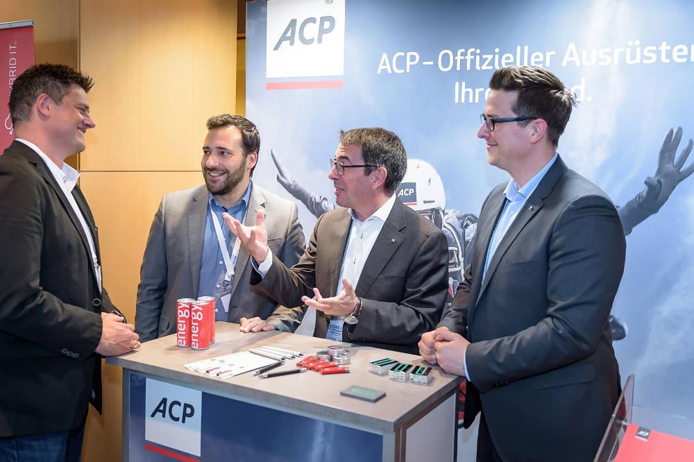 Gut gelaunt: Beim Stand von ACP und Hewlett Packard wurden Anforderungen und Lösungsansätze rege diskutiert.