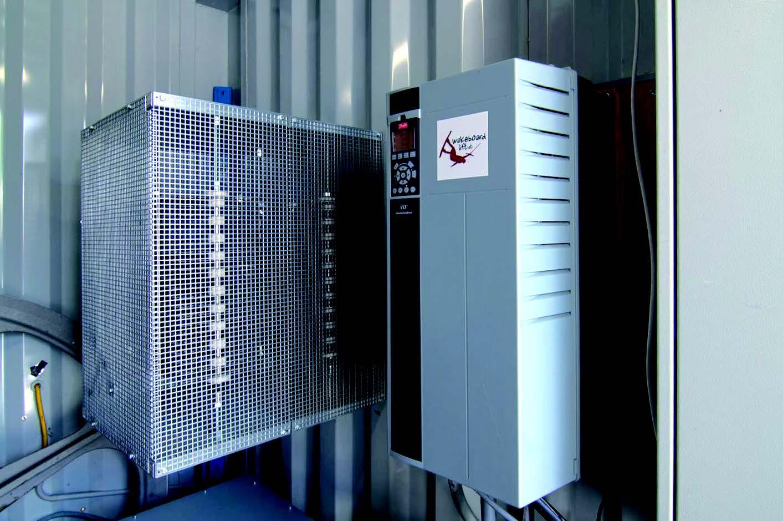 Mit dem Frequenzumrichter lässt sich der Motor optimal an die aktuelle Auslastung der Bahn anpassen. Dadurch senkt er die Energiekosten der Seilbahnanlage.   Bild: Danfoss