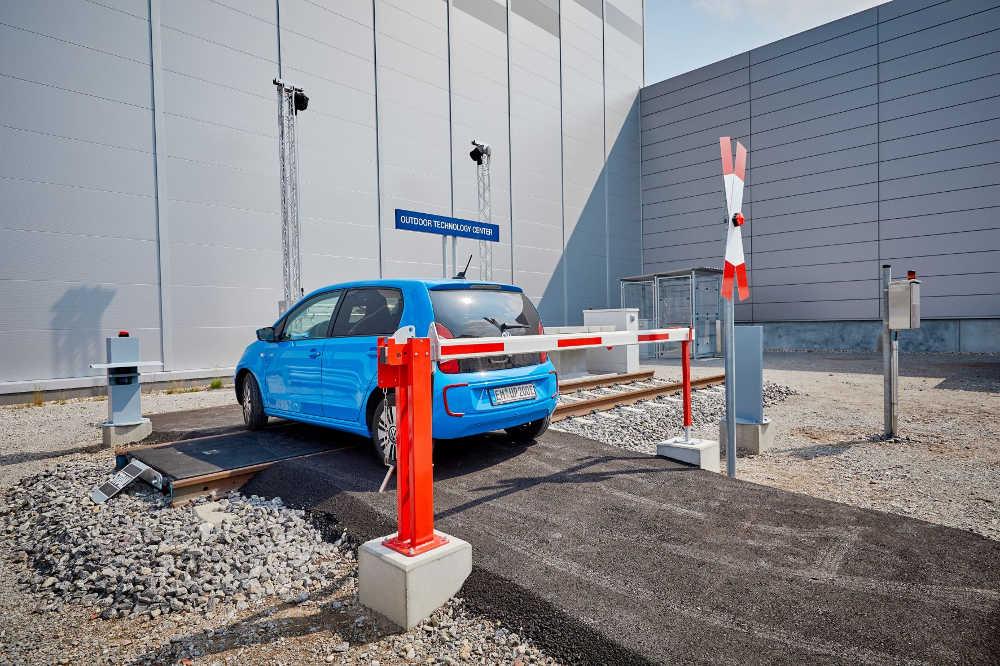 Ein Anwendungsbeispiel war ein simulierter Bahnübergang und die Sicherheitsmöglichkeiten durch Sensortechnik.