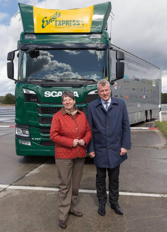 Im Rahmen einer Testfahrt überzeugte sich zum damaligen Zeitpunkt auch schon die deutsche Bundesumweltministerin Barbara Hendricks vom Siemens-Oberleitungssystem für Lkw.