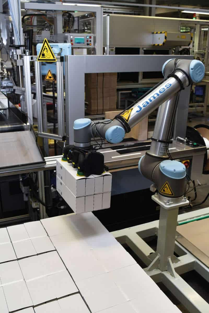 UR-Partner Dahl Automation konzipierte den Sauggreifer für den Roboterarm so, dass er verschieden große Paketbündel flexibel handhaben kann.