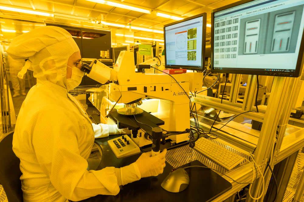 Die neue universelle Bosch-KI-Lösung für die Fertigung sammelt automatisiert Messwerte aus unterschiedlichen Quellen, bereitet diese auf und analysiert sie nahezu in Echtzeit. Sensordaten von Maschinen dienen als Grundlage, um etwa Schwankungen in unterschiedlichsten Fertigungsverfahren zu ermitteln. Die KI gibt eine Handlungsempfehlung ab, der Mitarbeiter entscheidet. Copyright: Bosch