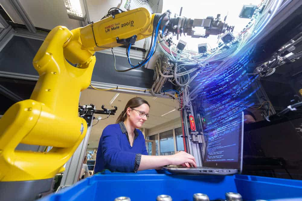 Für Bosch ist Künstliche Intelligenz eine Schlüsseltechnologie. Neben Projekten in eigenen Werken bringt Bosch auch KI-basierte Lösungen auf den Markt, die den Ausschuss zuverlässig reduzieren und den Fertigungsprozess optimieren. Hierzu zählt beispielsweise eine KI-basierte Lösung zur automatisierten optischen Inspektion von Werkstücken. Copyright: Bosch