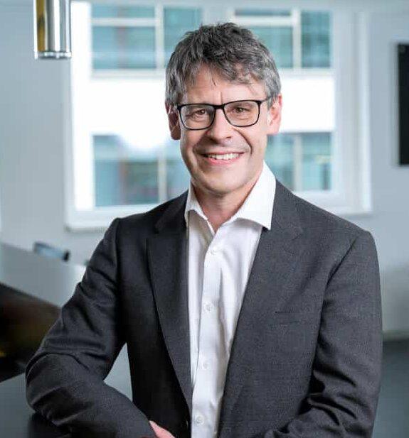 Der Autor Andreas Dangl ist Business Unit Executive für Cloud-Services bei Fabasoft. In seiner Funktion unterstützt er Unternehmen aus den unterschiedlichsten Branchen bei der Einführung von Cloud-Lösungen.