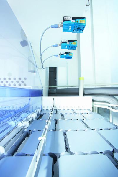 2D-Vision-Lösungen überwachen die Position und etwaige Ausbrüche beim Handling von Solarzellen.