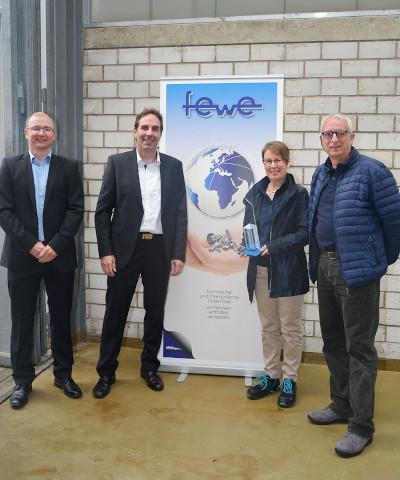Doris Reinacher und Detlef Weller, Geschäftsführer der fewe Feinstdrehteile nahmen die Auszeichnung entgegen.