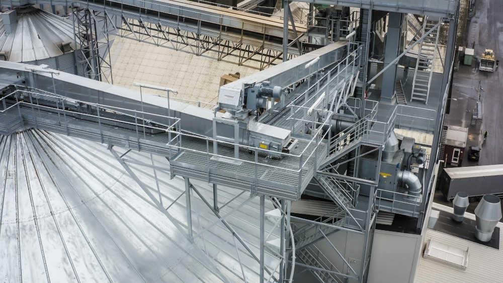 Die Anlage kann zehn Lkw pro Stunde annehmen. Das entspricht 300 Tonnen pro Stunde, die in die Silos gefördert werden müssen.