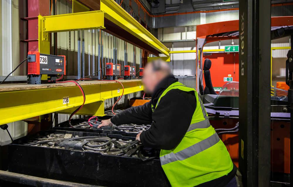 Teilweise nutzt das Unternehmen auch Wechselbatterien, um die Flurförderzeuge während des Schichtbetriebs am Laufen zu halten.
